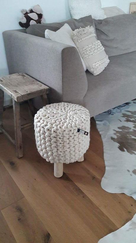 teakový stolček,
