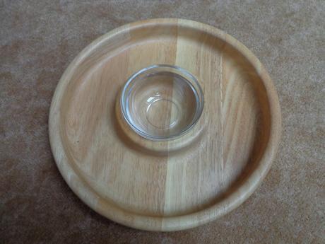 Dřevěný tác se skleněnou miskou,