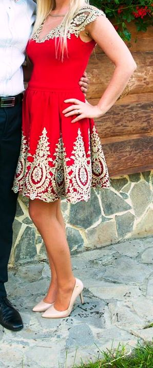Červené šaty so zlatou krajkou, 34