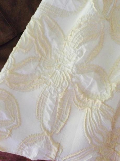 krátke, maslové šaty so zlatým opaskom, 40
