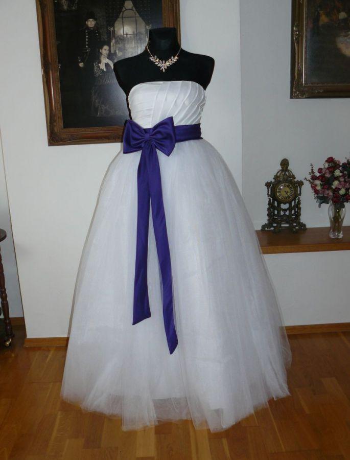 31e682d01be Bílé svatební či plesové šaty s fialovou stuhou