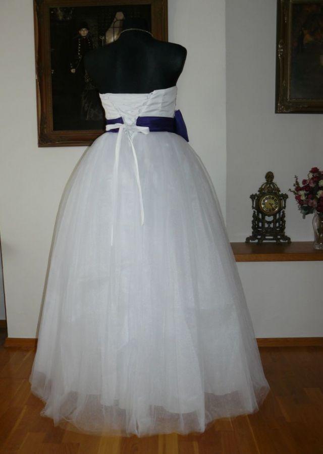 Bílé svatební či plesové šaty s fialovou stuhou  72aa6853680