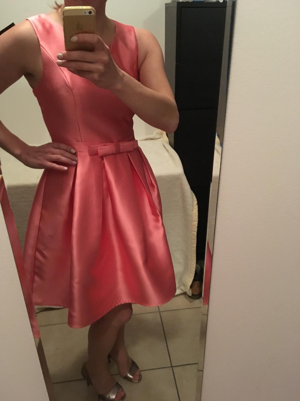 39e3d7aecb5 Růžové společenské šaty