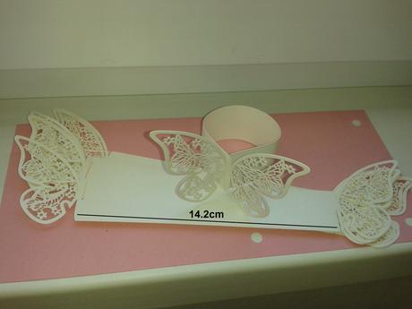 Papierová obrúčka na servítku s motýľom. ,