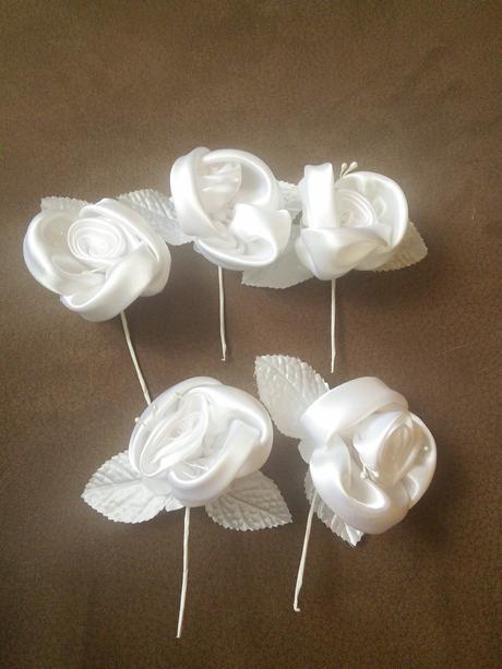 Bílé umělé kvety,