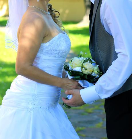 Ľahučké svadobné šaty a kruh, 38