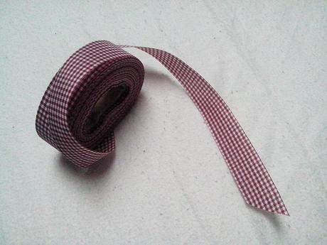 Bilo-vinova kostkovana textilni stuha,