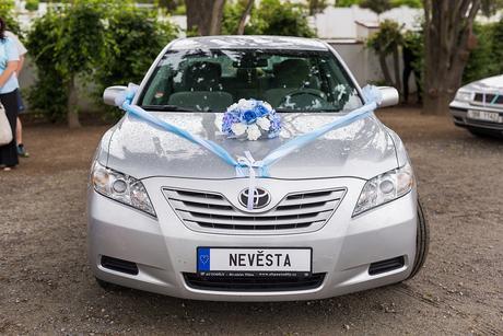 Umělá modrobílá kytice na auto,