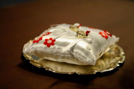 Polštářek pod prstýnky s červeno-bílými květy,