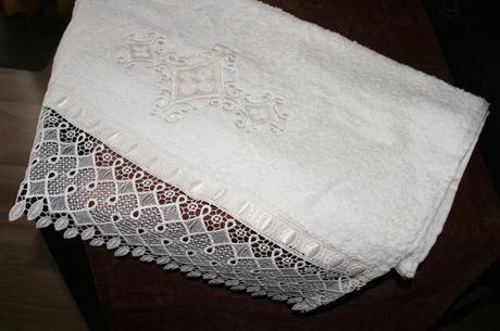 Sada bavlněných ozdobných ručníků krémové barvy,