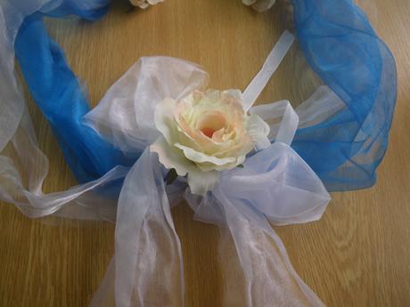 dekorace na auto ženicha a nevěsty sladěné modře,