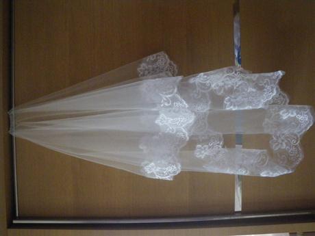 Svatební krajkový závoj sněhově bílý,