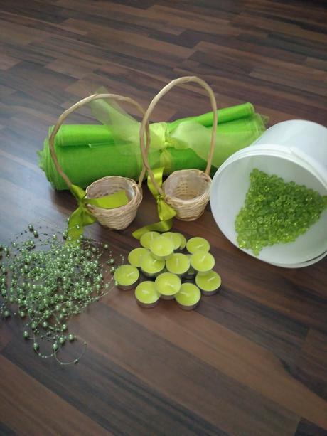 zelené krystalky,perličky na vlasci,svíčky,organza,