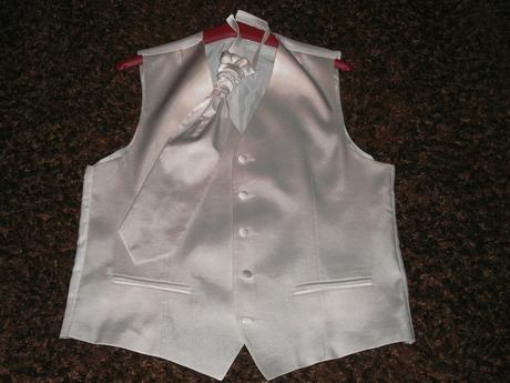 Biela leskla vesta s kravatou, 42