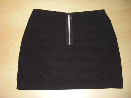 Krátká černá sukně s ozdobným zipem vzadu, M