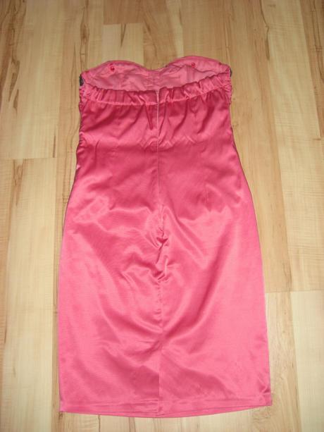 Krátké společenské šaty s efektním zdobením, 38