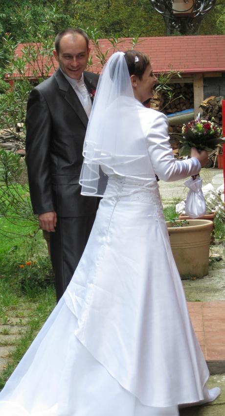 Jemně zdobené šaty s vlečkou, 38