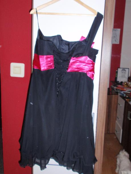 Čierne spoločenské šaty, 46