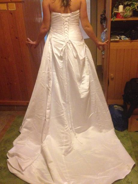 Elegantní saténové svatební šaty s vlečkou, 42
