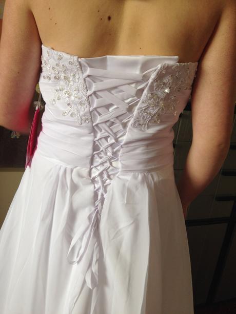 Jednoduché lehoučké svatební šaty, 40