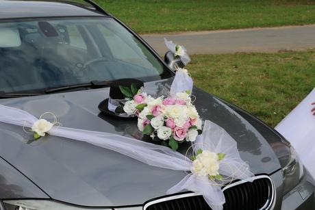 Bílá dekorace na auto - květina,cylinrd,2x šerpa,