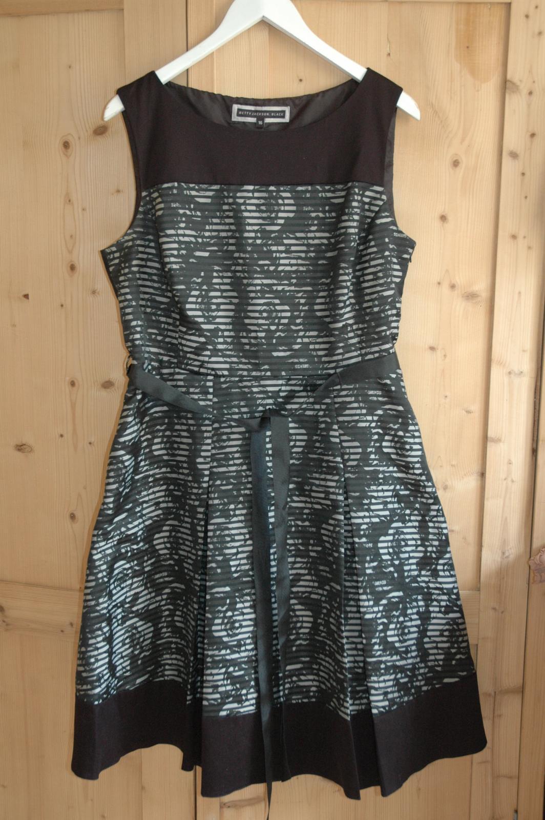 7ed76b59a4c5 Luxusní společenské šaty - vel.44