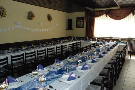 Růžová a tmavě modrá svatební výzdoba stolu pro 50,
