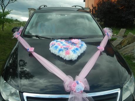Růžová, šampaň a modrá výzdoba aut nevěsty,ženicha,