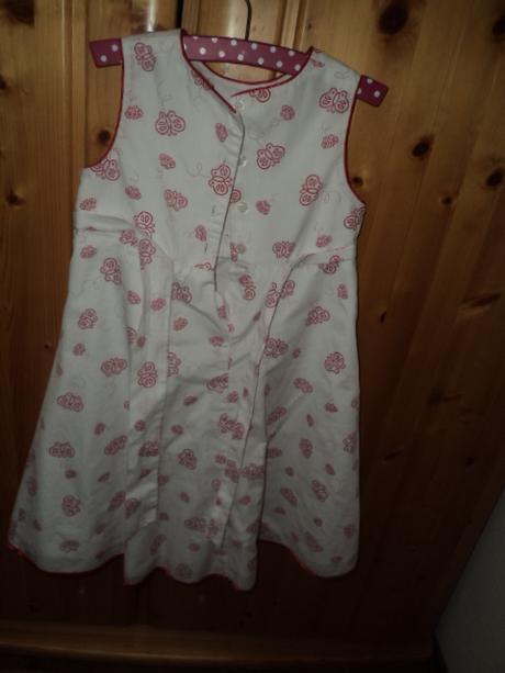 Šaty s červenými motýlikmi, 104