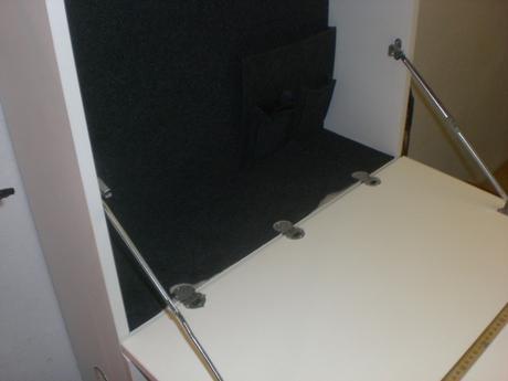 pracovná stanica-stolík v skrinke,