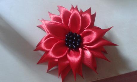 Cervena kvetinka do vlasov,