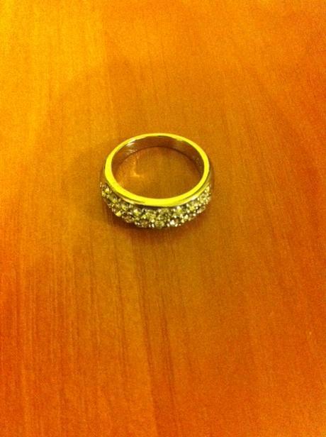 Lesklý prsteň s kamienkami,