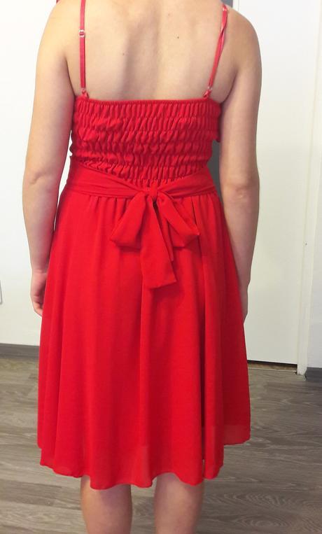 červene spoločenské šaty, 36