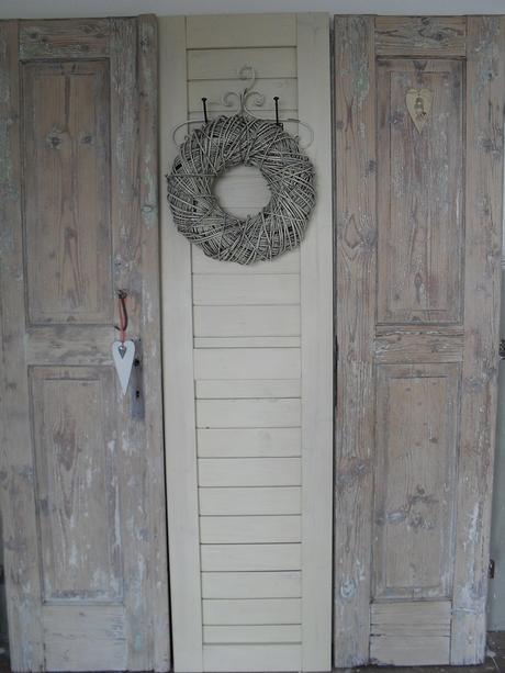Vešiaková stena zo starých historických dverí.,