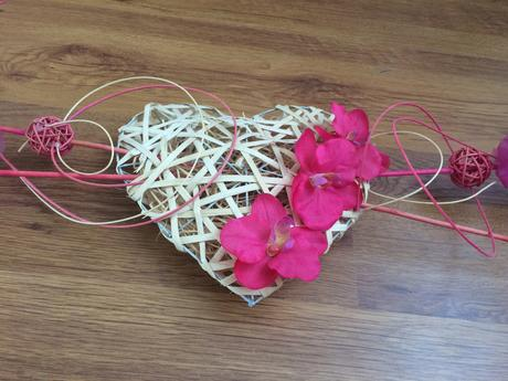 Zapletané srdce na auto s orchideami,