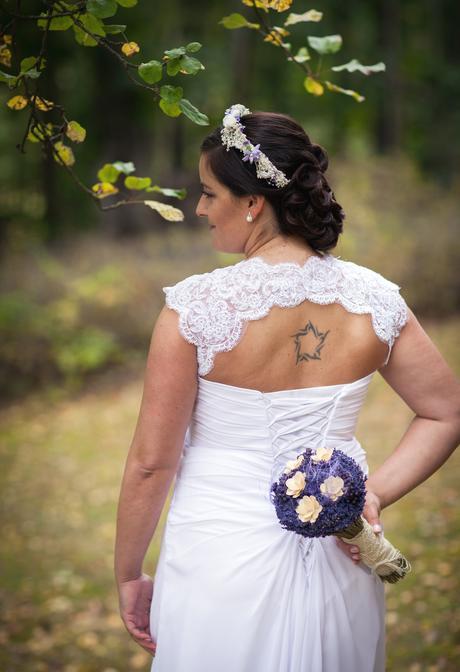 Bílé svatební šaty s krajkou, 44