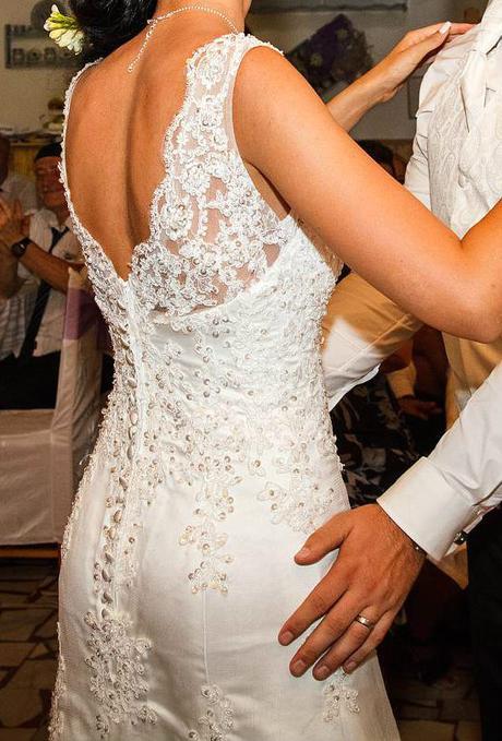 Elegantní svatební šaty zdobené krajkou a kamínky, 36