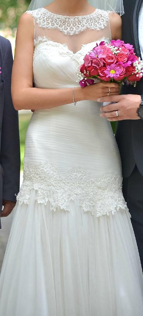 Elegantní svatební šaty zdobené krajkou s vlečkou , 36