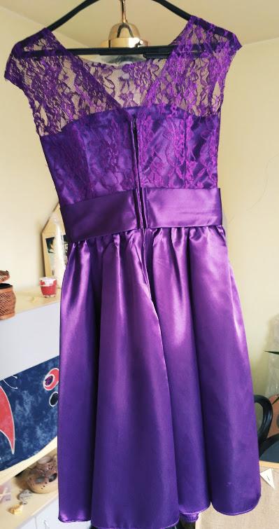 Fialové krajkové šaty pro družičku, 36