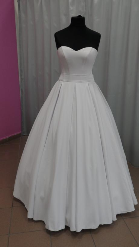 satenové svatební šaty, 38