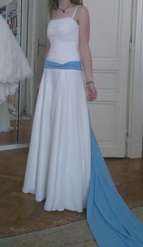 Jednoduché a elegantní svatební šaty šité na míru, 38