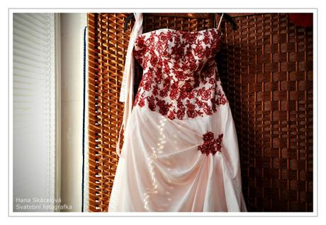 Svatební šaty s tříkruhovou spodničkou, 38