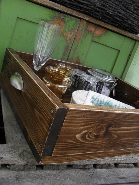 Drevený podnos vintage s dvomi kovovými úchytkami.,