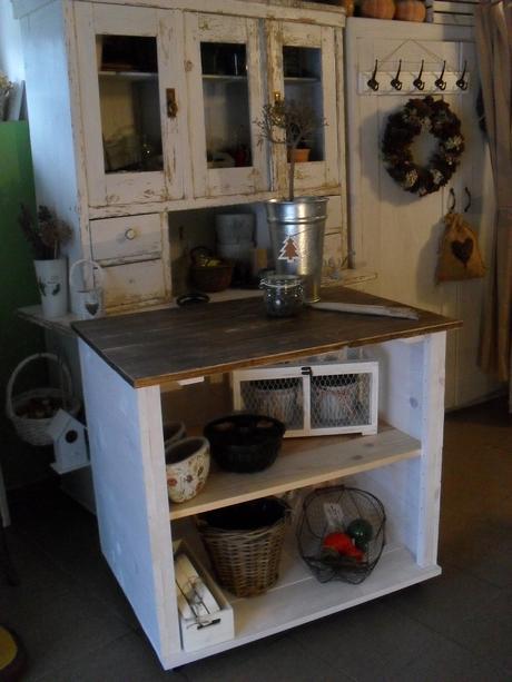 Dreveny stol na koleckach, vrchna doska patina.,