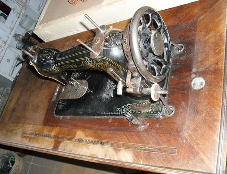 Starý šijací stroj Minerva,funkčný,v dobrom stave.,