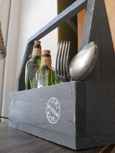 Vintage drevená debnička s rúčkou.,