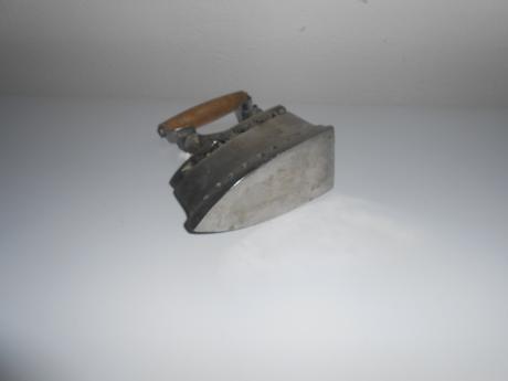 Malá starodávna žehlička,