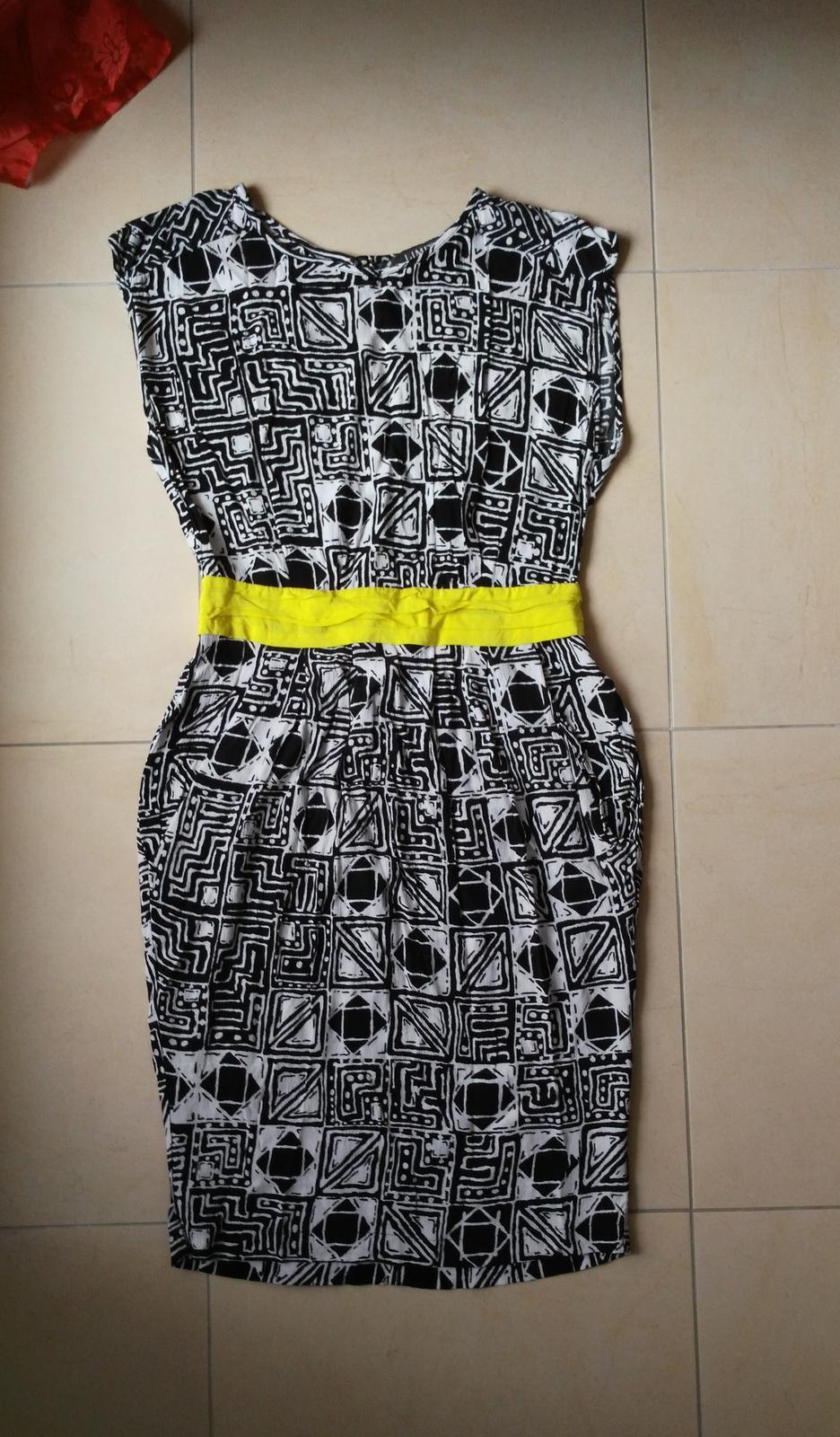80983b274037 Čiernobiele šaty so žltým 36 s