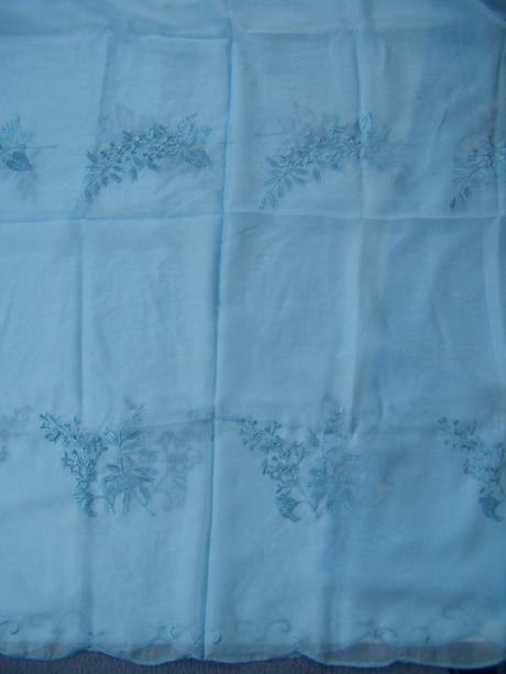 Voálová záclona s vyšívaným vzorom - 250x 300cm,
