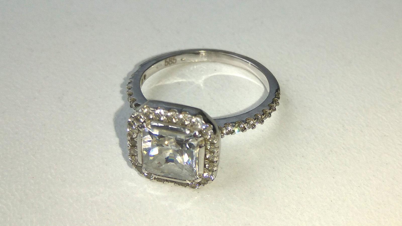 Zasnubni Prsten Z Bileho Zlata Se Zirkonem 3 000 Kc Svatebni